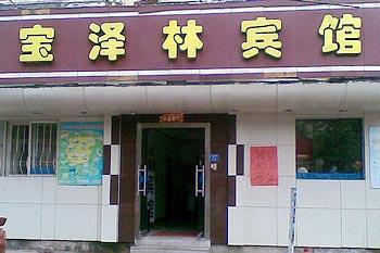 邻近栈桥海水浴场,青岛火车站及百盛商业大厦,中山商城,青岛韩国城等